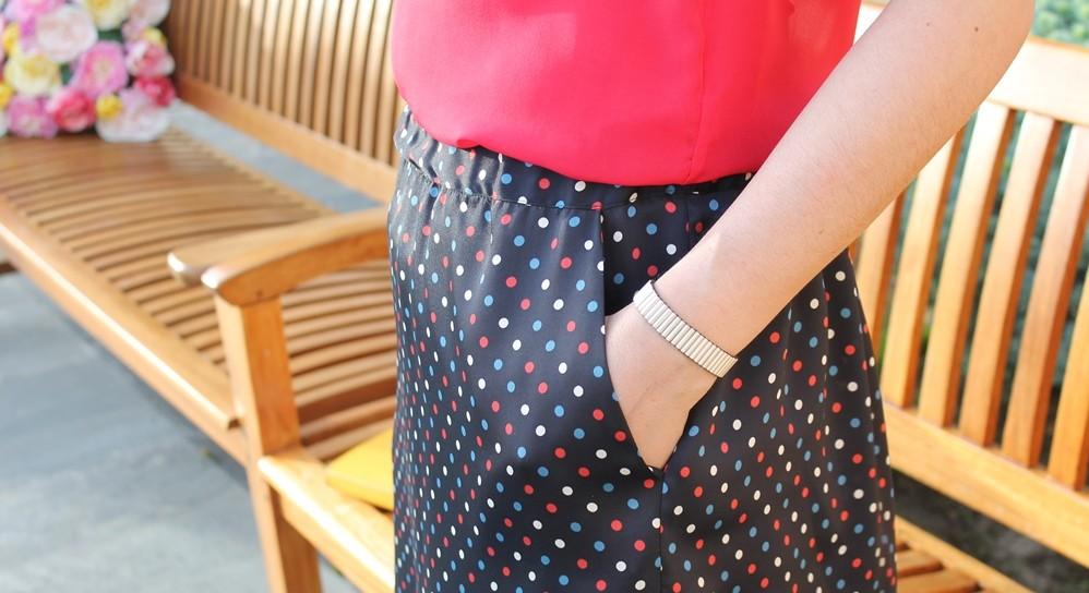 Top, falda y stilettos para una comida de trabajo