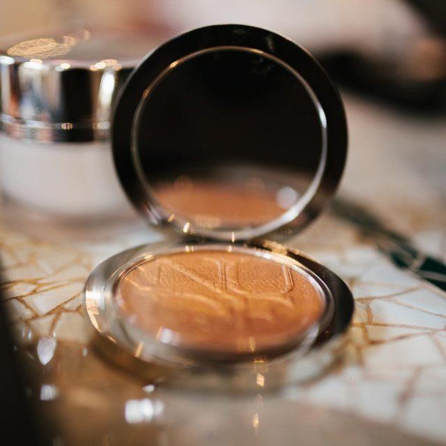 Polvos bronceadores Imprescindibles para ir al trabajo en verano maquillajehellip