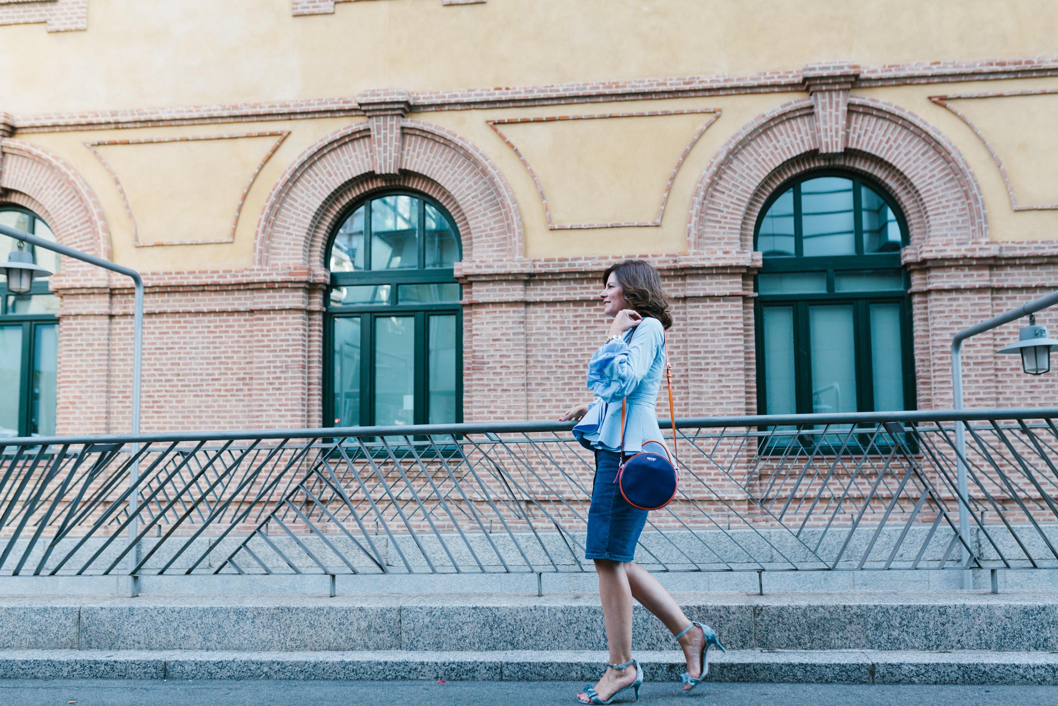 Blusa de volantes y falda jean para un casual outfit