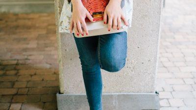 Vestido, blazer y jeans