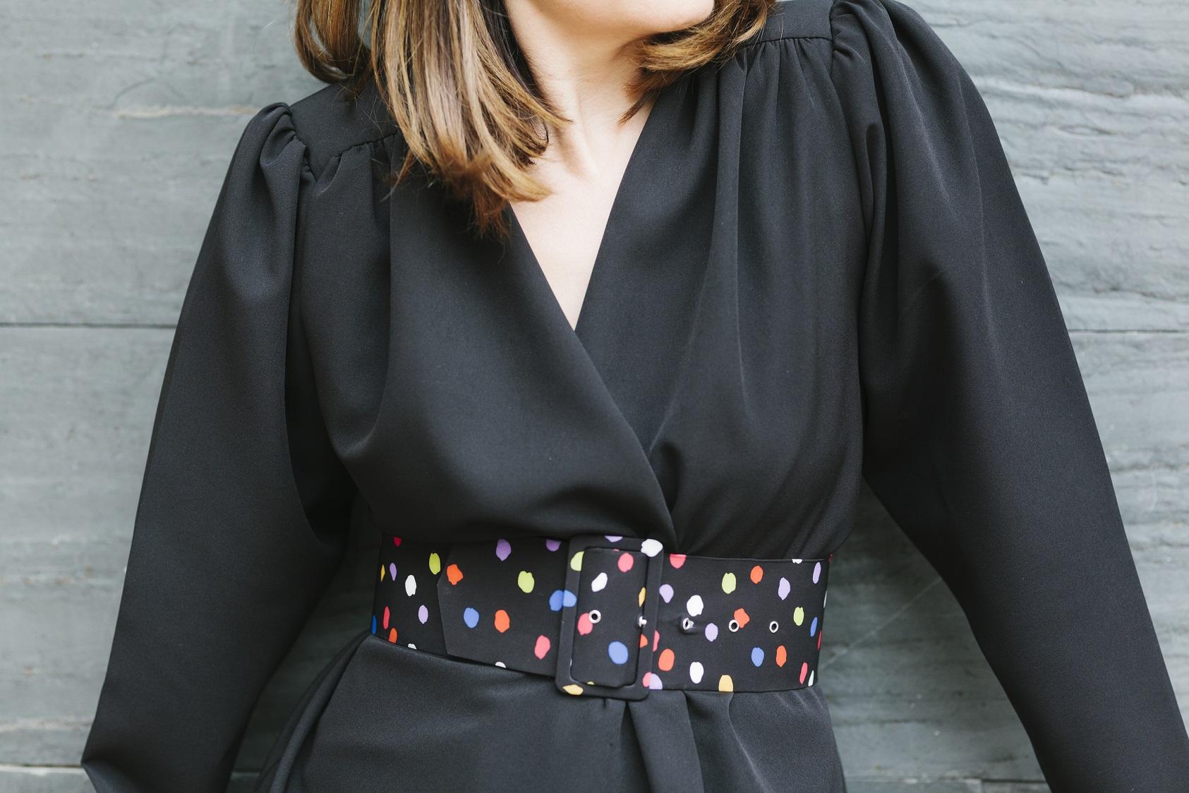 Traje de chaqueta en negro y un toque de color